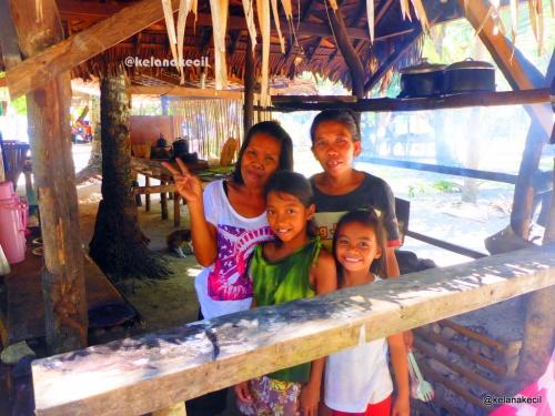 Penduduk lokal di Calintaan Island
