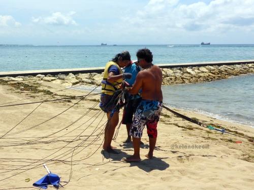 Dipasangin tali-tali parasut