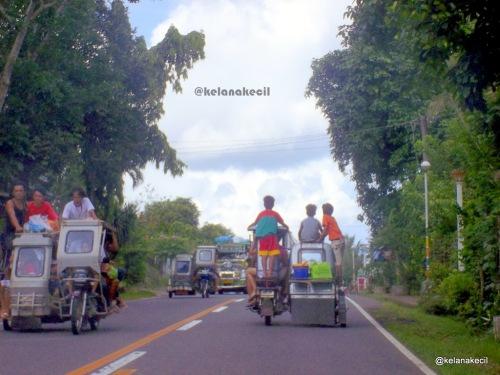 Tricycle yang lalu lalang di jalan dan kelebihan penumpang serta muatan