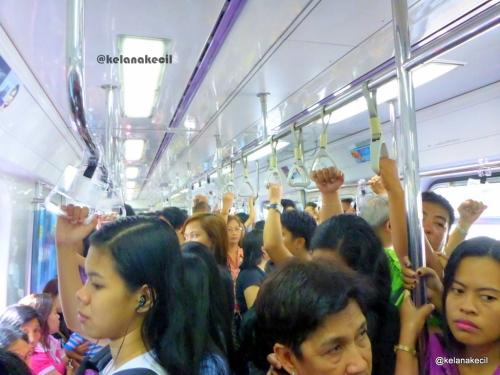 suasana di dalam MRT Manila