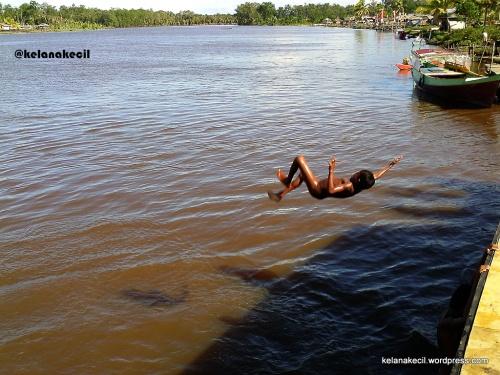 Sungai Weriagar bagaikan wahana bermain air bagi anak-anak