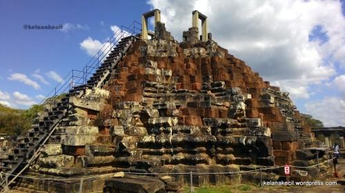 Bangunan seperti piramida di puncak candi Baphuon